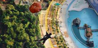 Bungee-jumping in hangarul unde e amenajat Tropical Island Resort. Sursa foto: tropical-islands.de