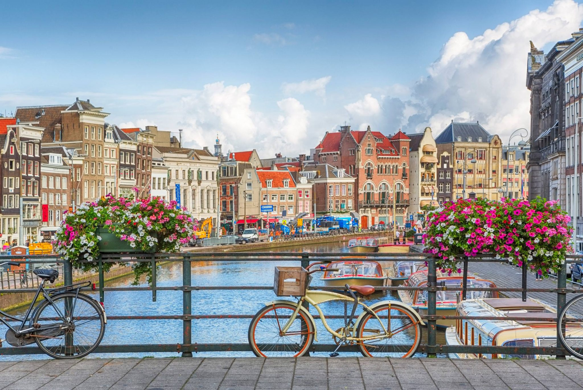 Top 3 orase din Europa in care sa te aventurezi pe bicicleta: Amsterdam. Sursa foto: st-christophers.co.uk